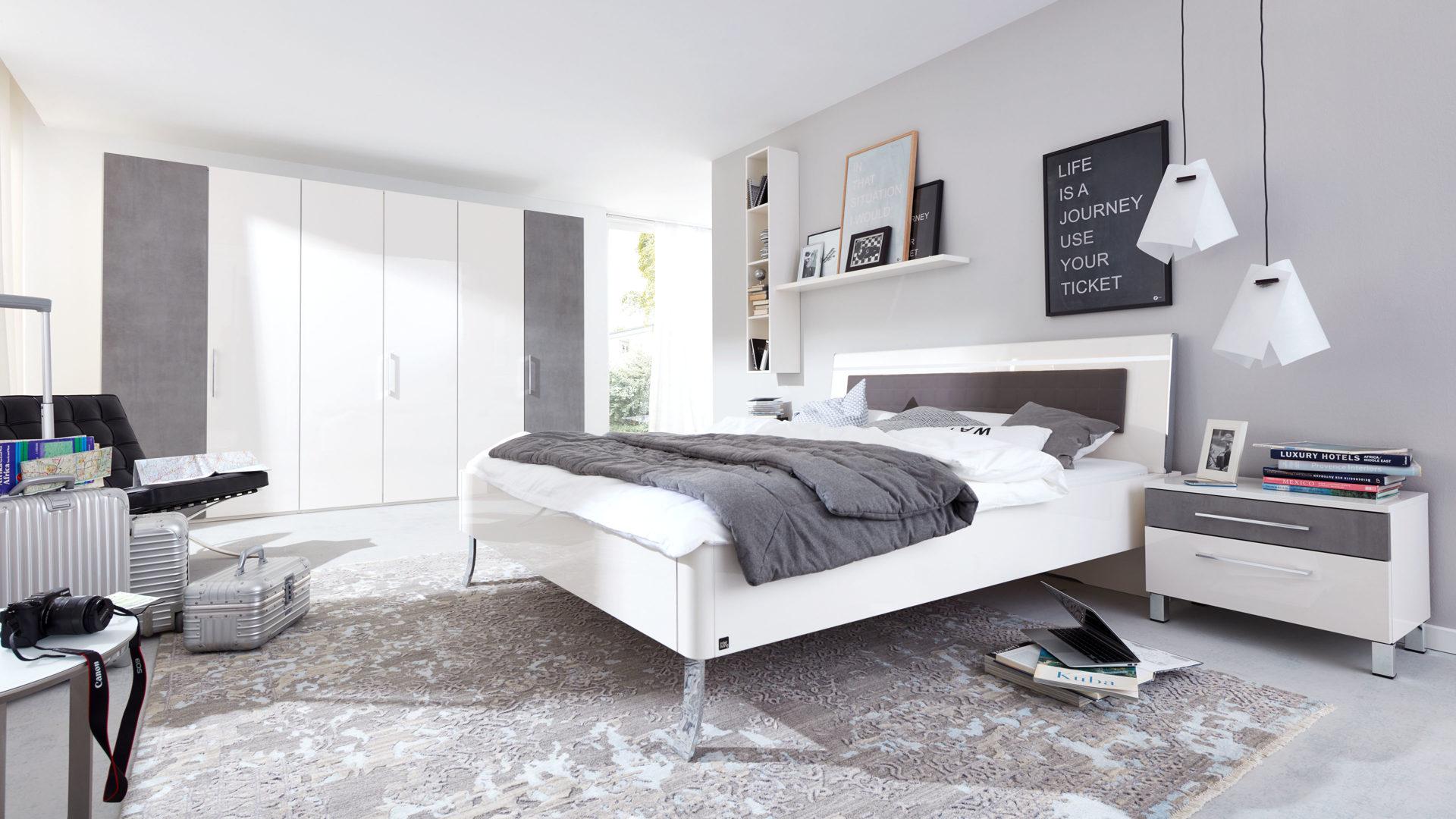 Interliving Schlafzimmer Serie 1003 – Schlafzimmerkombination, bianco weiße  Hochglanz- & betonfarbene Kunststoffoberflächen