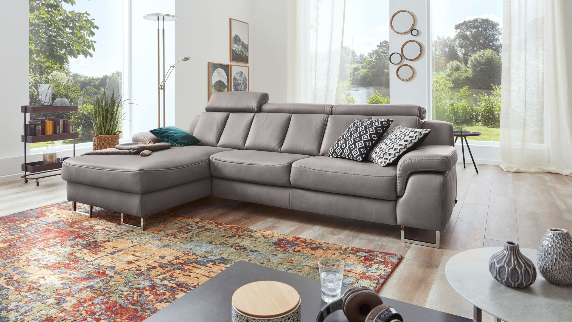 Ecksofa Interliving aus Leder in Grau Interliving Sofa Serie 4050 – Eckkombination graues LongLife-Leder Cloudy & Chromfüße – Schenkelmaß ca. 177 x 289 cm