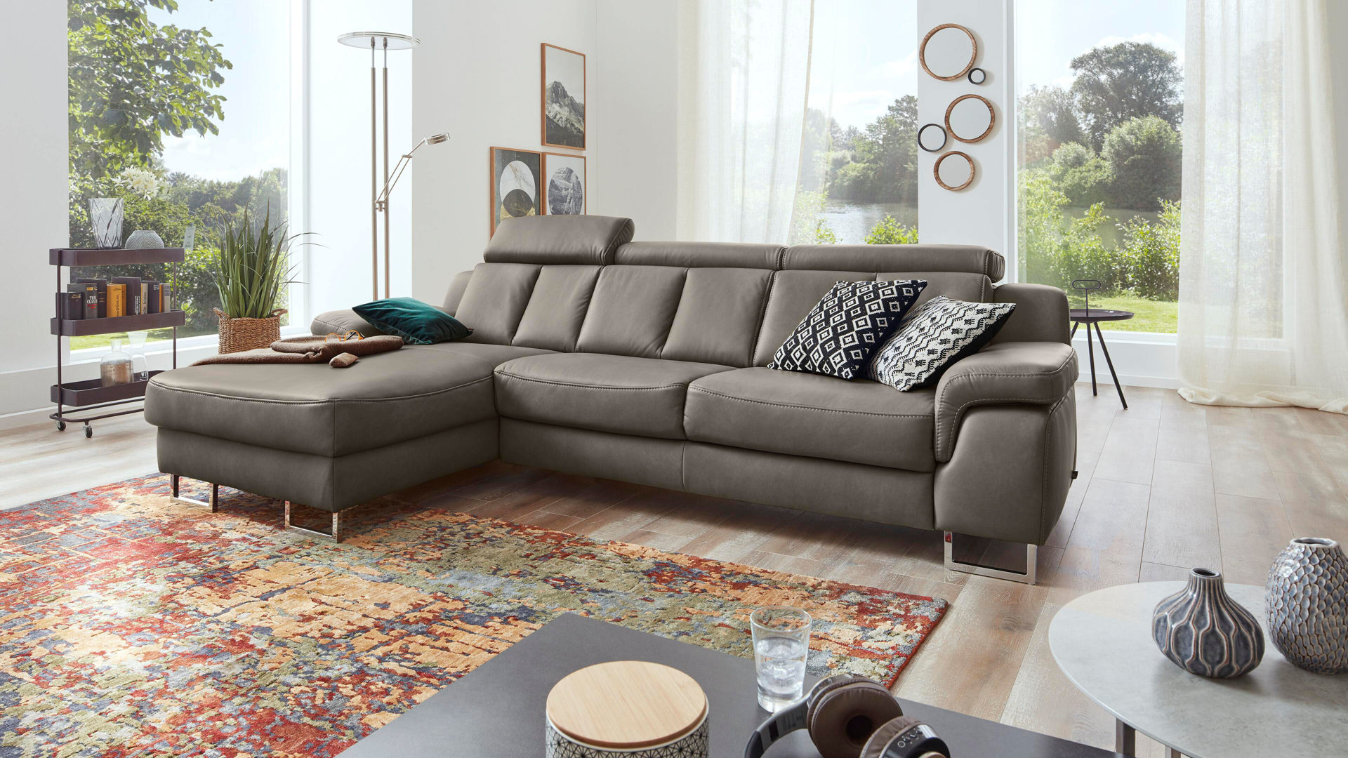 Ecksofa Interliving aus Leder in Grau Interliving Sofa Serie 4050 – Eckkombination rauchgraues LongLife-Leder Cloudy & Chromfüße – Schenkelmaß ca. 177 x 289 cm