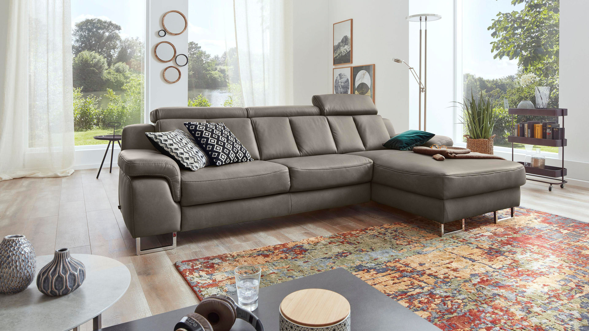 Ecksofa Interliving aus Leder in Grau Interliving Sofa Serie 4050 – Eckkombination rauchgraues LongLife-Leder Cloudy & Chromfüße – Schenkelmaß ca. 289 x 177 cm