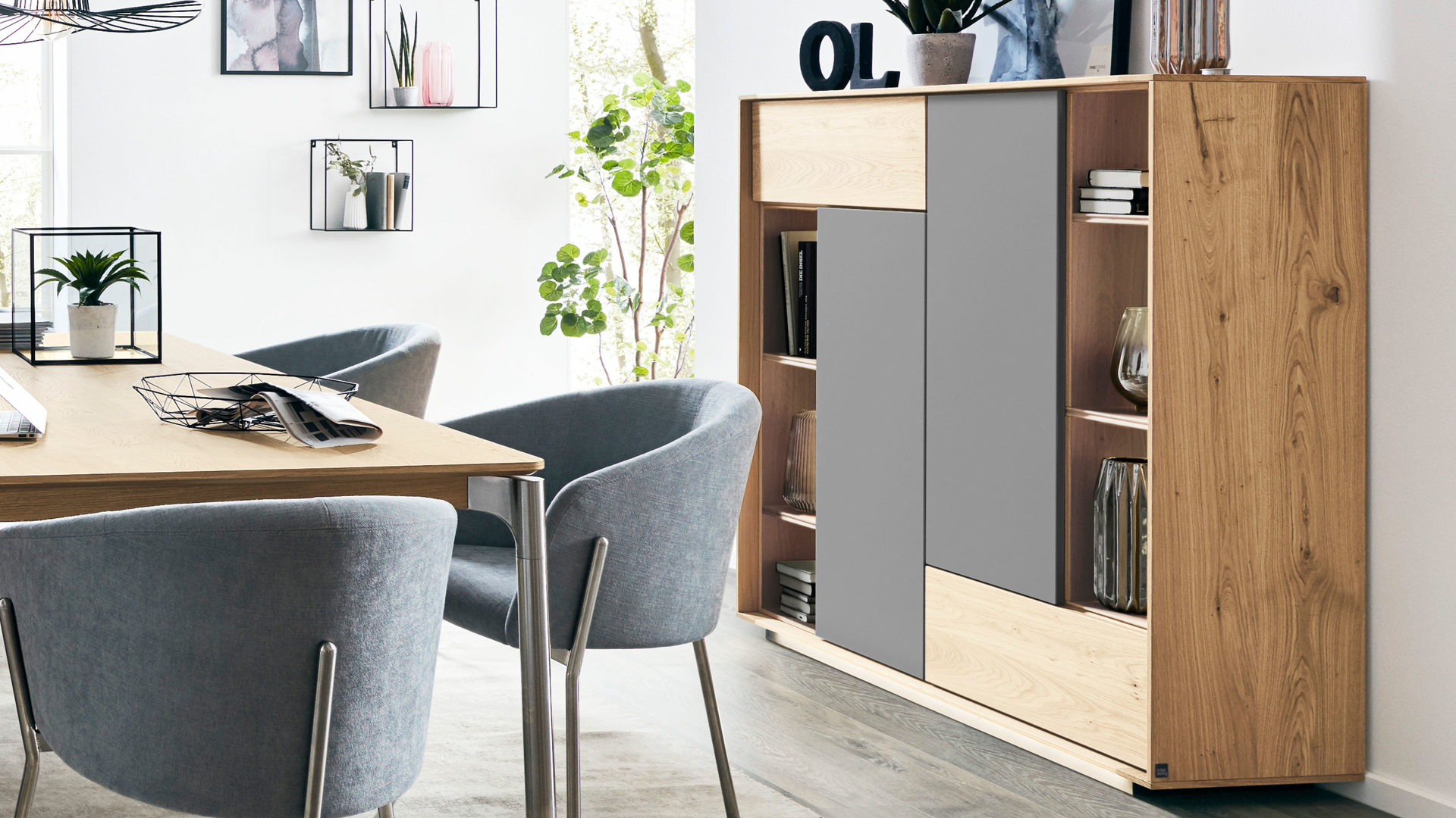 Highboard Interliving aus Holz in Grau Interliving Esszimmer Serie 5602 – Highboard anthrazitfarbener Lack & helle Wildeiche – zwei Türen, eine Schublade